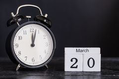 De houten kalender van de kubusvorm voor 20 Maart met zwarte klok Royalty-vrije Stock Foto