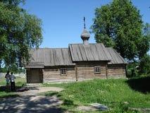 De houten kerk van St Dmitry Solunsky in Staraya Ladoga Stock Fotografie