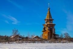 De houten kerk van St Sergius van Radonezh dichtbij de heilige sleutel van de lentegremyachiy stock foto