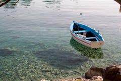 De houten kleurrijke vissersboot roped aan kust stock foto's