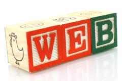 De houten kubussen maakten het woordWeb Stock Afbeeldingen