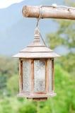De houten lamp hangt op Tak Stock Foto