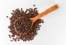 De houten lepel van koffiebonen stock foto's