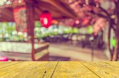 de houten lijst en de Abstracte onscherpe sushi verzetten tegenzich Stock Foto