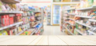 De houten lijstbovenkant met de opslagdoorgang van het Supermarktgemak schort binnenland op stock foto's