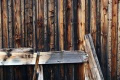 De houten muur van een houten hut Stock Afbeelding
