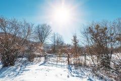 De houten omheining in behandelde sneeuw wintergarden royalty-vrije stock fotografie