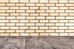 De houten oppervlakte op de achtergrond van deorated bakstenen muur royalty-vrije stock fotografie