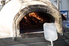 De houten oven van de brandpizza royalty-vrije stock foto