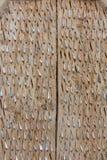 De houten panelen worden opgenomen in de scherpe rotsen royalty-vrije stock afbeeldingen