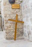 De houten pelgrims kruisen in Jeruzalem stock foto