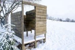 De houten planken genagelde sneeuw van de strand veranderende cabine Stock Foto's