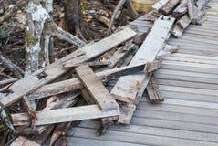 De houten plankvouw omhoog op houten brug, wat heeft spijkers gehamerde insi stock foto's