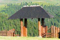 De houten poort van de ingangshut in de bergen stock afbeeldingen