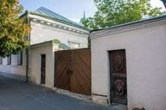 De houten poorten van de 18de eeuw met twee wickets in het oude district van Podil in Kyiv Kiev, de Oekraïne stock foto's