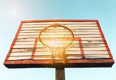 De houten raad van het straatbasketbal met zonnige hemel Uitstekende het effect van de toonfilter kleurenstijl royalty-vrije stock foto's