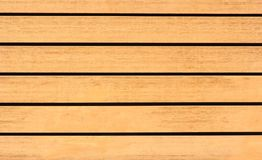 De houten raad wordt horizontaal geschikt, de achtergrond of de textuur royalty-vrije stock afbeeldingen