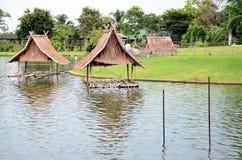 De houten regeling van het plattelandshuisjewater Stock Fotografie