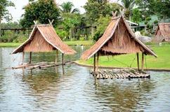 De houten regeling van het plattelandshuisjewater Stock Foto's