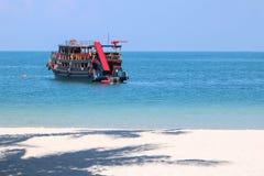 De houten reisboot met een waterdia en de lente schepen om te springen in en spelend stock afbeeldingen