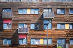 De houten residental bouw in Greenford Londen met gele en rode balkons Royalty-vrije Stock Fotografie
