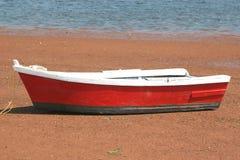 De houten Rode Boot van de Rij stock afbeeldingen
