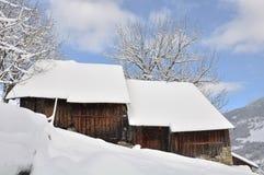 De houten sneeuw van het chaletdak stock afbeeldingen