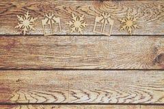 De houten sneeuwvlokken en Kerstmis stellen op doorstane houten bac voor stock afbeeldingen