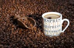 De houten spatel bereikt verse geroosterde koffie Stock Afbeelding