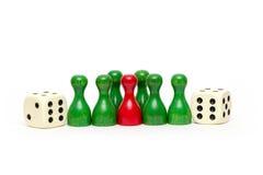 De houten spelstukken met dobbelen geïsoleerd Stock Fotografie