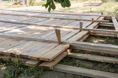 De houten stichting van de bekistings concrete strook stock fotografie
