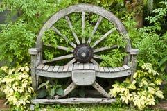 De houten stoel van het wagenwiel. stock fotografie
