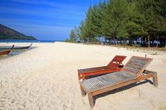 De houten stoelen op het strand voor ontspannen in Koh Lipe Royalty-vrije Stock Afbeeldingen