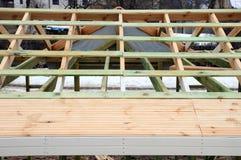 De houten structuur van het gebouw De houten kaderbouw Houten dakbouw foto voor huis In de stad van Moskou Stock Afbeelding