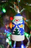 De houten stuk speelgoed Vader Christmas hangt op een Kerstboom Stock Afbeeldingen