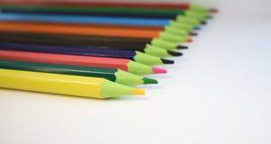 de houten te trekken groep van kleurenpotloden stock afbeeldingen