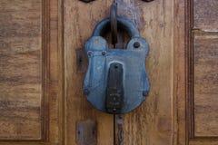 De houten textuur van de slotdeur stock foto's