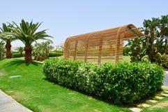 De houten toevlucht van de straat warme tropische exotische countrye van het bushalte openbare vervoer tegen een achtergrond van  stock afbeelding