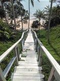 De houten trap neer aan mooi en ontspant zandig strand Stock Foto's
