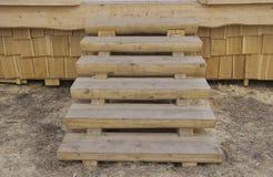 De houten trap op de portiek royalty-vrije stock afbeeldingen