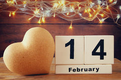 14 de houten uitstekende kalender van februari naast hart op houten lijst Gefiltreerde wijnoogst Stock Afbeeldingen