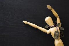 De houten van de Kunstenaarsdraw painting van de Cijfermannequin Menselijke houten pop stock afbeelding
