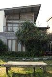 De houten vastgestelde openlucht, sunshiny en groene glazen van de stoeltribune royalty-vrije stock afbeeldingen
