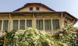 De houten venster Koloniale stijl in Kampot-provincie Kambodja brengt 2016 in de war Royalty-vrije Stock Afbeeldingen