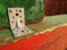 De houten vertragingen maken samen geschilderde groene en rode de bouwelementen vast royalty-vrije stock fotografie