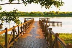 De houten vijver van de rivieroever Stock Foto's