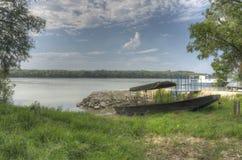 De Houten vissersboot van HDR op de de rivierkust van Donau Stock Foto's