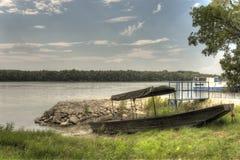 De Houten vissersboot van HDR op de de rivierkust van Donau Stock Fotografie