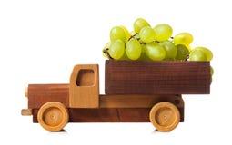 De houten vrachtwagen draagt witte druiven stock foto