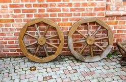 De houten wagen rijdt dichtbij de bakstenen muur stock afbeelding